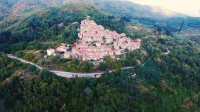 Tiro aéreo de una pequeña ciudad en la colina en Toscana, Italia, 4K metrajes