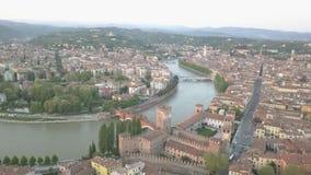 Tiro aéreo de Verona, Italia en la puesta del sol