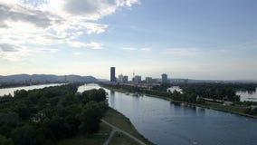 Tiro aéreo de Viena Vuelo sobre el río Danubio sobre parque de la estela metrajes
