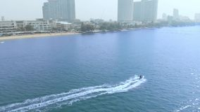 Tiro aéreo del abejón de la cámara lenta sobre el pequeño barco del barco de la velocidad que acomete hacia viajar al nuevo conce almacen de metraje de vídeo
