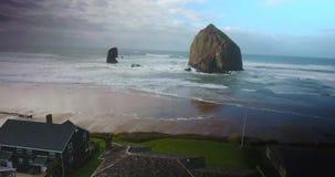Tiro aéreo del abejón de la roca de la vecindad y del pajar de la playa de Canon almacen de metraje de vídeo