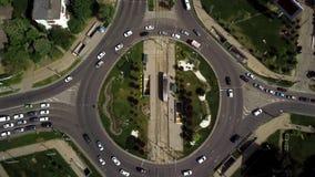 Tiro aéreo del abejón de un cruce giratorio del tráfico de coche almacen de metraje de vídeo
