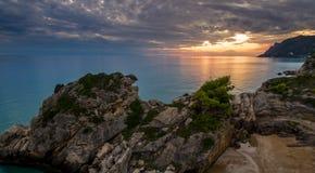 Tiro aéreo del abejón de una puesta del sol hermosa en la costa de Corfú central Grecia Fotografía de archivo libre de regalías