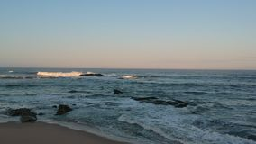 Tiro aéreo del abejón sobre brach al océano de la costa de Portugal enseguida después de la salida del sol almacen de metraje de vídeo