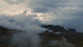 Tiro aéreo del abejón del valle de Altai y de la cordillera nevosa a través de la nube baja almacen de metraje de vídeo