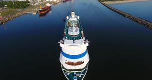 Tiro aéreo del barco de cruceros en el puerto de la ciudad de Klaipeda, Lituania almacen de metraje de vídeo
