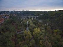 Tiro aéreo del barranco del río de Smotrych hacia el puente de Novoplanivskyi Fotografía de archivo libre de regalías
