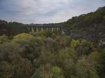 Tiro aéreo del barranco del río de Smotrych hacia el puente de Novoplanivskyi en Kamianets-Podilski Ucrania Imágenes de archivo libres de regalías