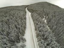 Tiro aéreo del camino nevado en las montañas cárpatas del campo Imagen de archivo libre de regalías