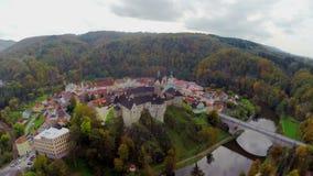 Tiro aéreo del castillo checo, color de los edificios de la fosa, fuerte de la caída del otoño almacen de metraje de vídeo