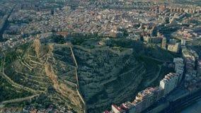 Tiro aéreo del castillo de Santa Barbara en Alicante, España almacen de video