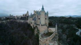 Tiro aéreo del castillo mágico del cuento de hadas en la colina almacen de video