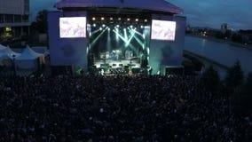 Tiro aéreo del concierto al aire libre con los espectadores emocionados almacen de metraje de vídeo