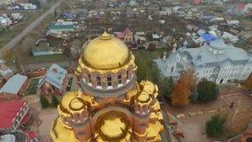 Tiro aéreo del convento de la trinidad santa de la misericordia Saraktash Rusia metrajes