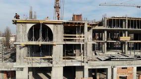 Tiro aéreo del edificio en curso de construcción Trabajo de trabajo en emplazamiento de la obra grande almacen de video