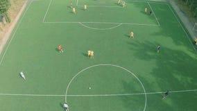 Tiro aéreo del equipo masculino que juega el partido de fútbol profesional almacen de metraje de vídeo