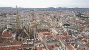 Tiro aéreo del horizonte de la ciudad de Viena Vista aérea de Viena Catedrales y ciudad del paisaje urbano de Viena, Austria almacen de video