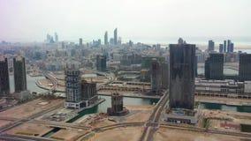 Tiro aéreo del horizonte y de los rascacielos - opinión de la ciudad de Abu Dhabi de la isla almacen de metraje de vídeo