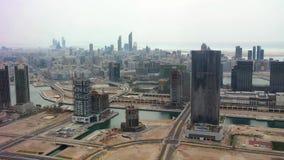 Tiro aéreo del horizonte y de los rascacielos - opinión de la ciudad de Abu Dhabi de la isla almacen de video