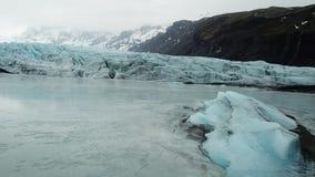 Tiro aéreo del labio del glaciar de Flaajokull en Islandia almacen de metraje de vídeo