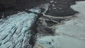 Tiro aéreo del labio del glaciar de Flaajokull en Islandia metrajes