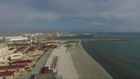 Tiro aéreo del mar Caspio de la playa de Aktau almacen de metraje de vídeo