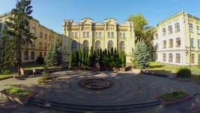 Tiro aéreo del monumento delante del campus universitario, universidad almacen de video
