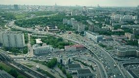Tiro aéreo del paisaje urbano de Moscú y del tráfico por carretera congestionado sobre la hora punta imagenes de archivo