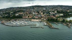 Tiro aéreo del paisaje urbano y del lago Lemán, Suiza de Lausanne almacen de metraje de vídeo