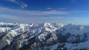 Tiro aéreo del pico de montaña nevoso almacen de video