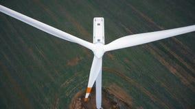 Tiro aéreo del primer de la turbina grande del molino de viento con el giro de las rayas rojas de la cuchilla, concepto renovabl almacen de video