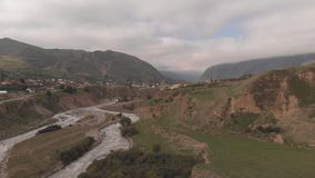 Tiro aéreo del río áspero de la montaña metrajes
