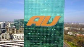 Tiro aéreo del rascacielos de la oficina con el logotipo móvil de la compañía telefónica del au Edificio de oficinas moderno Repr Imagenes de archivo