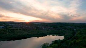 Tiro aéreo del reflejo rosado brillante del cielo de la puesta del sol de los lagos en Sheffield almacen de video