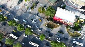 Tiro aéreo del tráfico de ciudad 4K almacen de metraje de vídeo