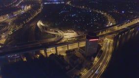 Tiro aéreo del tráfico en el paso superior en la noche, Tianjin, China almacen de video