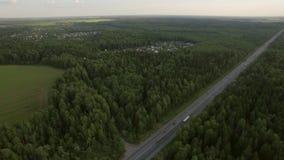 Tiro aéreo del tráfico por carretera en el campo, Rusia almacen de metraje de vídeo