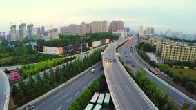 Tiro AÉREO del tráfico que mueve encendido los pasos superiores, Xi'an, China almacen de video