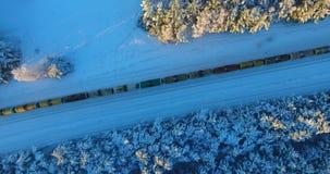 Tiro aéreo del tren del invierno en bosque desde arriba metrajes
