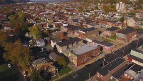 Tiro aéreo delantero de la pequeña ciudad occidental típica de Pennsylvania metrajes