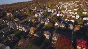 Tiro aéreo delantero de la vecindad occidental típica de Pennsylvania almacen de metraje de vídeo