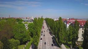 Tiro aéreo dinâmico do Siegestor em Munich vídeos de arquivo