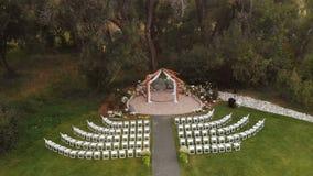Tiro aéreo do altar do casamento filme