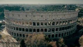 Tiro aéreo do anfiteatro de Colosseum em Roma, Itália filme