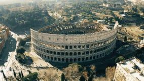 Tiro aéreo do anfiteatro de Colosseum ou de coliseu Indicadores velhos bonitos em Roma (Italy) filme