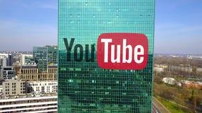 Tiro aéreo do arranha-céus do escritório com logotipo de YouTube Prédio de escritórios moderno Rendição 3D editorial Imagem de Stock