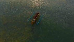 Tiro aéreo do barco do ` s do pescador em um mar no tempo do por do sol video estoque