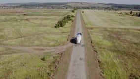 Tiro aéreo do caminhão na estrada no campo bonito no verão vídeos de arquivo