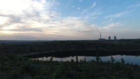 Tiro aéreo do central elétrica no nascer do sol filme