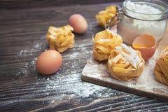 Tiro aéreo do close-up do ingrediente da cookie na tabela de madeira Fotos de Stock Royalty Free